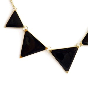 collar-con-triangulos-en-negro-3